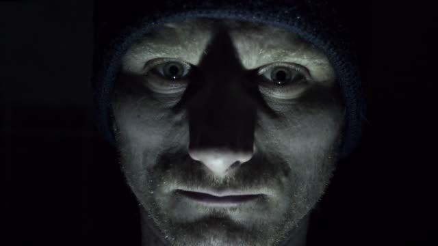 psychopath schaut in die kamera - starren stock-videos und b-roll-filmmaterial