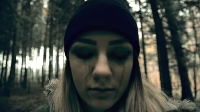 vídeos de stock e filmes b-roll de psicóticas jovem mulher olhando para a câmara - stabilized shot
