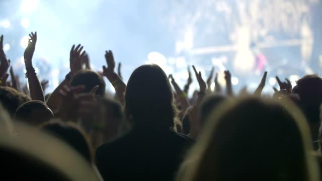 die applaudieren der künstler - zuschauerraum stock-videos und b-roll-filmmaterial
