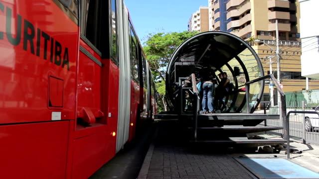 CURITIBA - 10 DE JUNIO DE 2015: El autobús público la interrupción en parada de autobús en Curitiba, Brasil - vídeo
