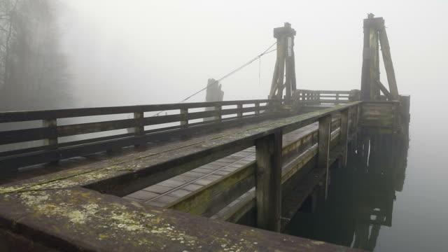 molo pubblico, fiume fraser nebbia - fiume fraser video stock e b–roll