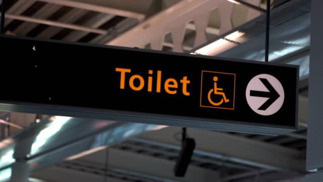 Öffentliche Toilette Zeichen symbol mit rollstuhlgerechtem Zugang – Video