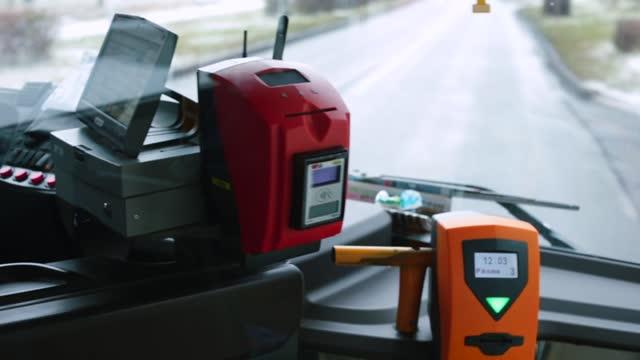 terminal tariffario degli autobus con trasporto pubblico. l'autobus si muove lungo il percorso in città. - fare video stock e b–roll