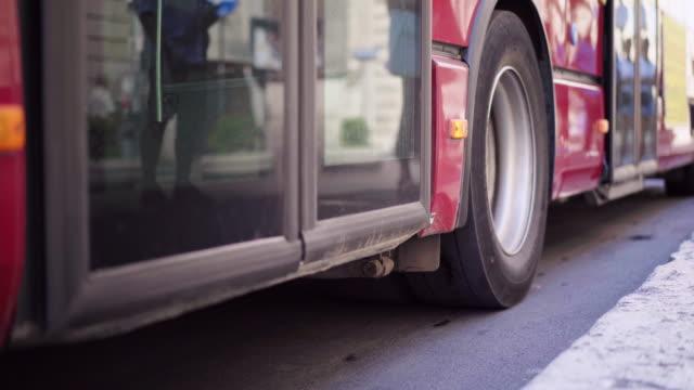 vídeos y material grabado en eventos de stock de transporte público en italia. primer autobús abre la puerta en una parada y deja a pasajeros en la ciudad de roma - autobús