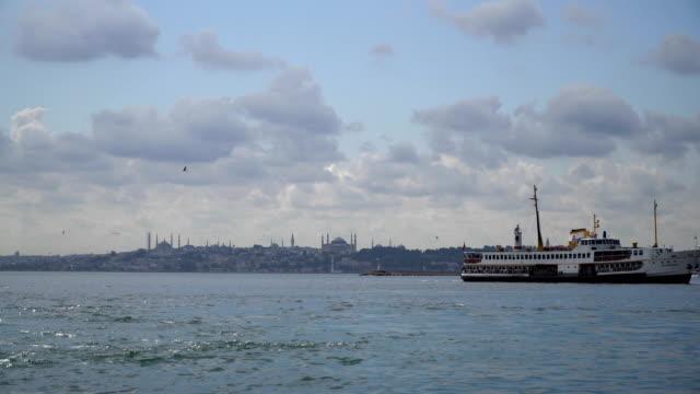vídeos y material grabado en eventos de stock de esponjosas nubes y naves como lapso de tiempo en kadikoy - distrito eminonu