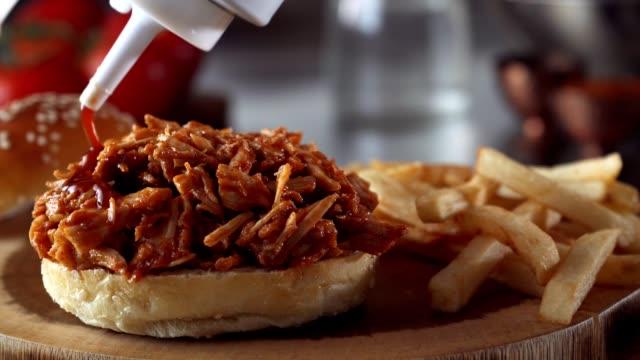 pulled pork sandwich - соус стоковые видео и кадры b-roll