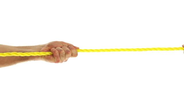 vídeos de stock e filmes b-roll de puxando uma corda - puxar