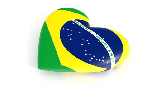 Coração pulsante nas cores da bandeira do Brasil, sobre um fundo branco, renderização 3d, laço - vídeo