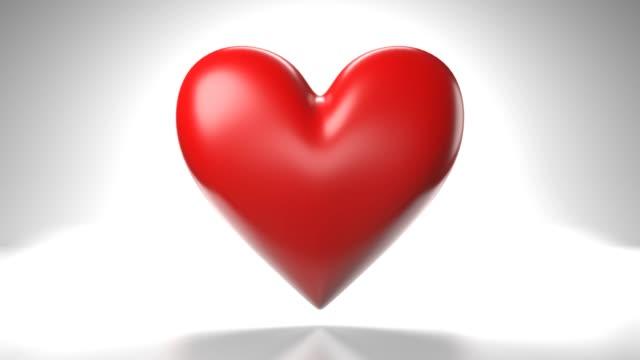 Pulserend rood hartvormvoorwerp op witte achtergrond. video