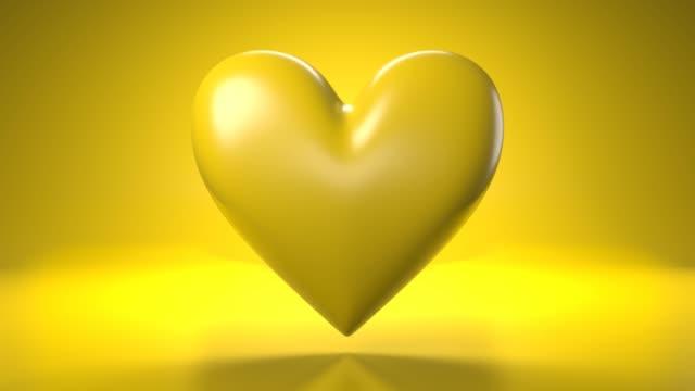 Pulserend geel hartvormvoorwerp op gele achtergrond. video