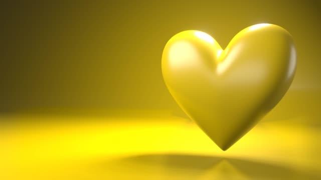 Pulserend geel hartvormobject op gele tekstruimte. video