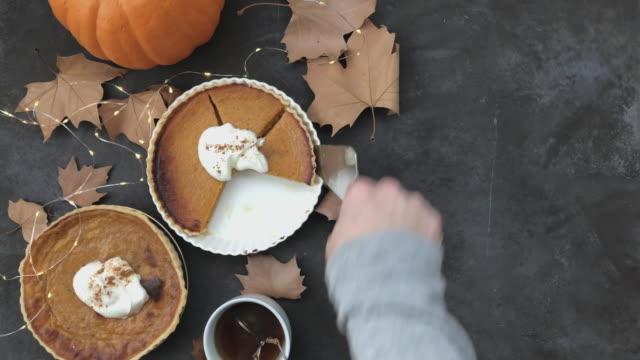 4k pumpkin pie flat lay and lights twinkling. - nadziewany placek filmów i materiałów b-roll