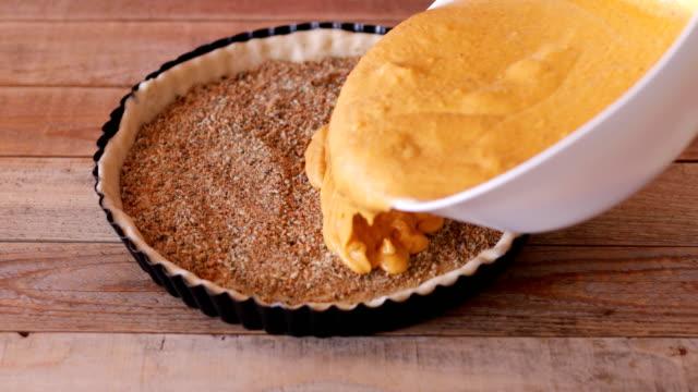 南瓜餡餅製作, 灌入砂鍋 - pumpkin pie 個影片檔及 b 捲影像