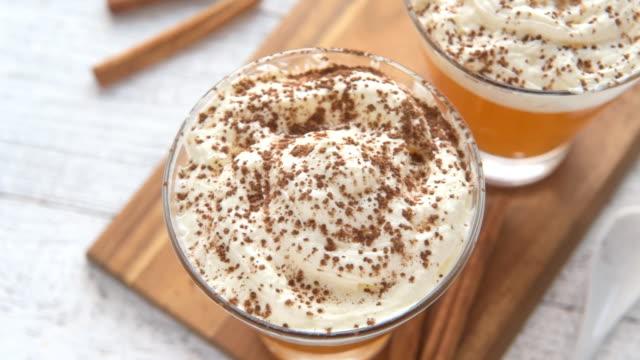 kürbis gewürz frappuccino mit sahne. - milchkaffee stock-videos und b-roll-filmmaterial