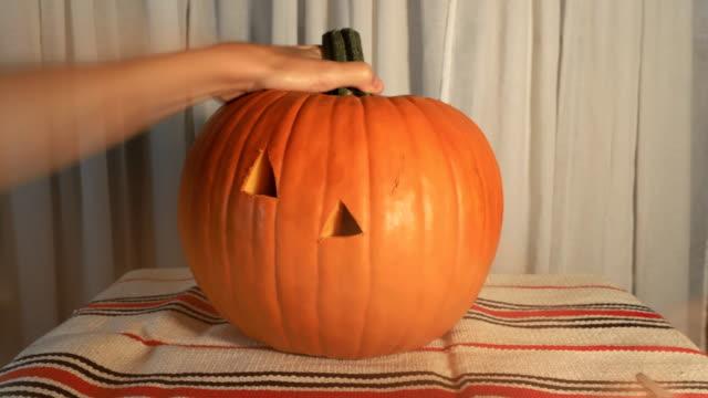 pumpkin timelapse on table - pumpkin стоковые видео и кадры b-roll