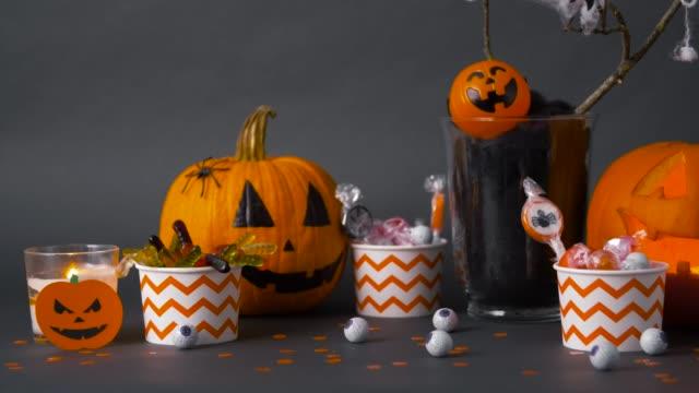 南瓜、糖果和萬聖節裝飾品 - halloween candy 個影片檔及 b 捲影像