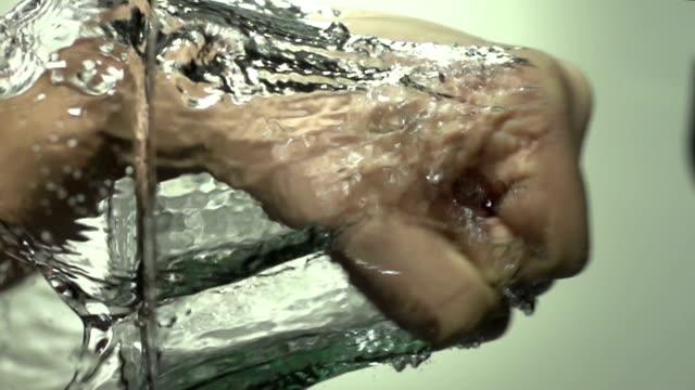 pugno in acqua con mano-super slow motion hd - colpire con un pugno video stock e b–roll