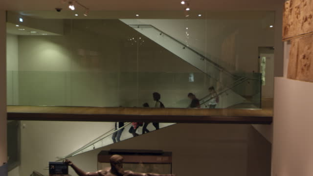 pupils walking around museum on school trip shot on r3d - museo video stock e b–roll