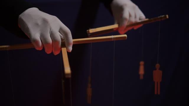 vídeos de stock, filmes e b-roll de mestre de fantoches e marionetes. manipulações com a mente e as ações do conceito dos povos - domínio