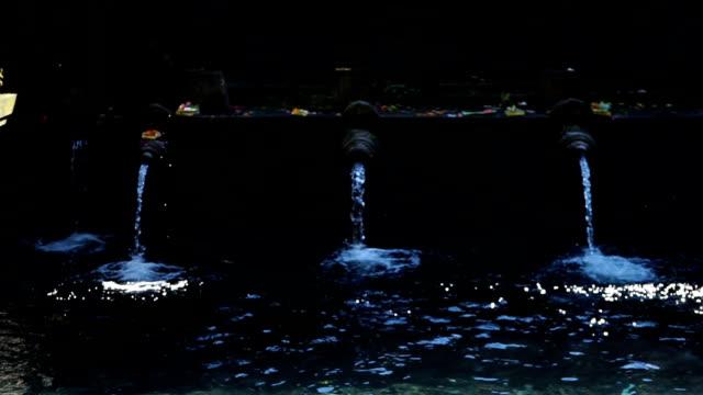 pura tirta empul, hinduiska balinesisk vatten tempel på bali i indonesien. - sarong bildbanksvideor och videomaterial från bakom kulisserna