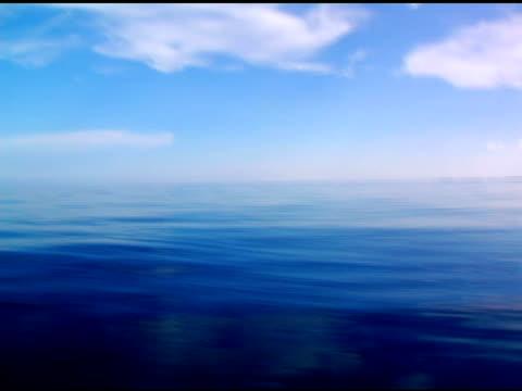 pure deep blue ocean - 10 saniyeden daha kısa stok videoları ve detay görüntü çekimi