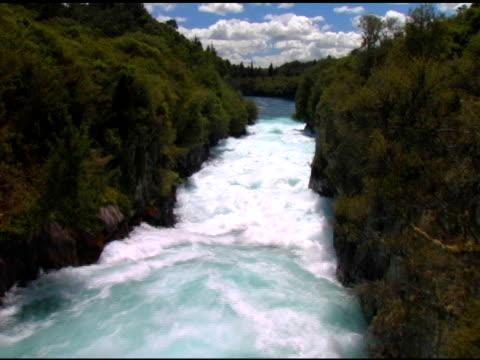 pure emerald river - 10 saniyeden daha kısa stok videoları ve detay görüntü çekimi