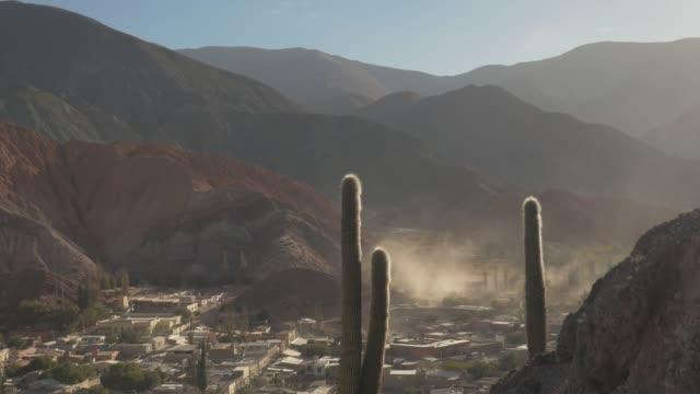 vídeos y material grabado en eventos de stock de paisaje de purmamarca, viaje por carretera por salta, argentina - norte
