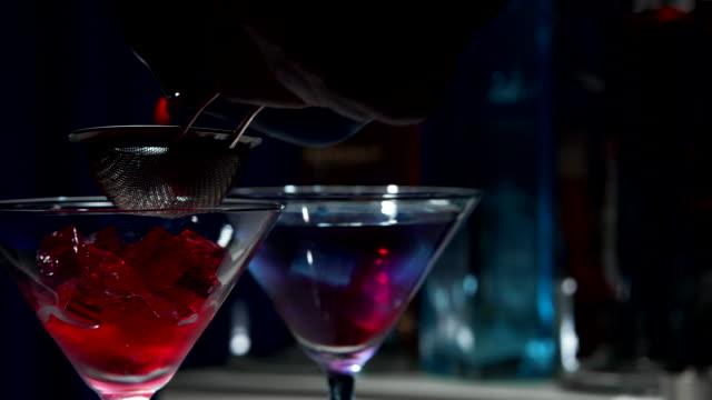 stockvideo's en b-roll-footage met paarse cocktails - martiniglas