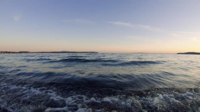 パープルサンセット海の波クラッシュショア低空撮 ビデオ