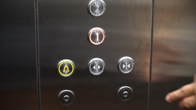 Aufzug-Botton drücken – Video