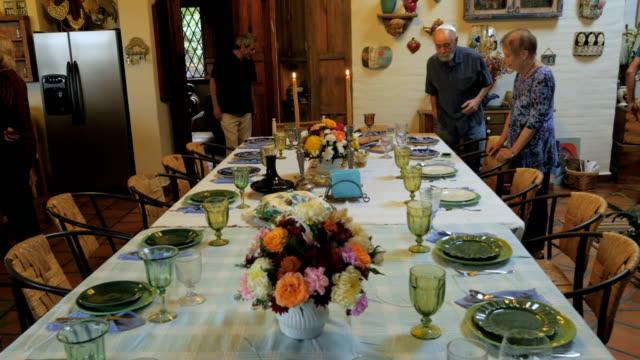 vídeos y material grabado en eventos de stock de empuje una mesa de la cena mientras los invitados llegan a un seder de pascua - pascua judía