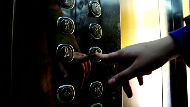 プッシュボタンは、エレベーターとエレベーターの動き - 指点の映像素材/bロール