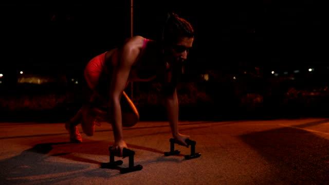 push ups exercise outdoors - biustonosz sportowy filmów i materiałów b-roll