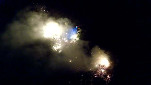 trycka tillbaka lågorna - skog brand bildbanksvideor och videomaterial från bakom kulisserna
