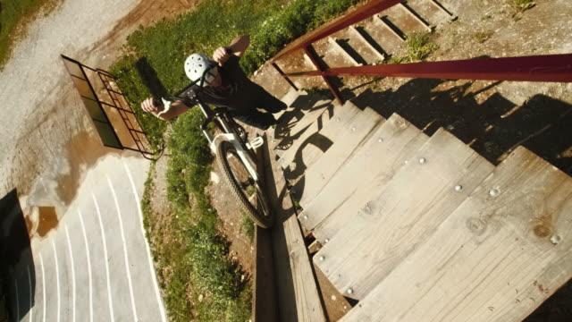 vídeos y material grabado en eventos de stock de hd: empujar suciedad en bicicleta hasta la rampa - diez segundos o más