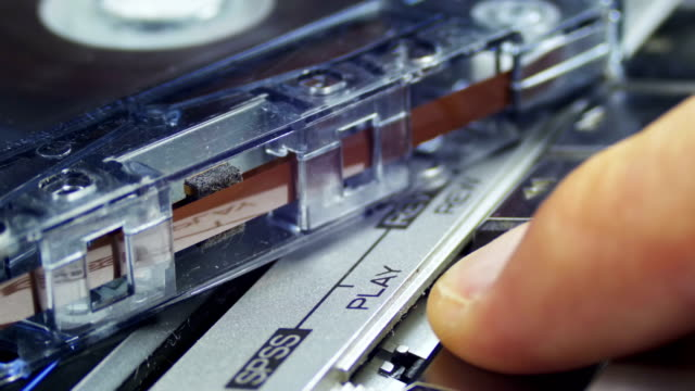 pulsante riproduci e interrompi sul lettore di cassette audio vintage - disco audio analogico video stock e b–roll