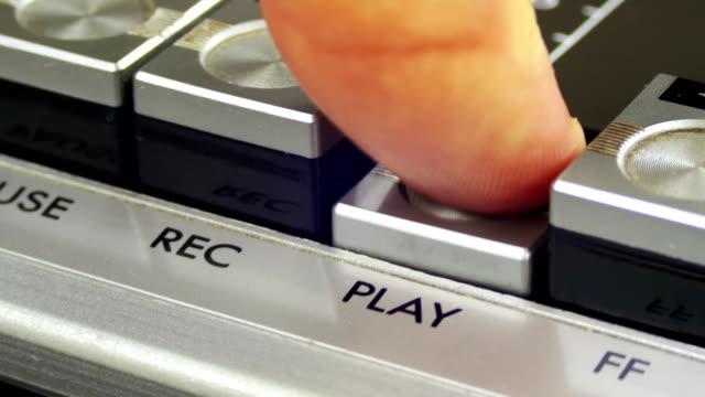 vídeos y material grabado en eventos de stock de pulsando la tecla play en un registrador de cinta vintage - disco audio analógico