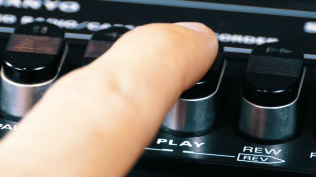 pulsante di riproduzione su un registratore a nastro vintage - disco audio analogico video stock e b–roll