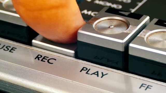 pulsante di registrazione su un registratore a nastro vintage - disco audio analogico video stock e b–roll