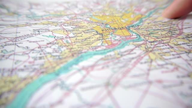 stockvideo's en b-roll-footage met pushpin on map - roadmap