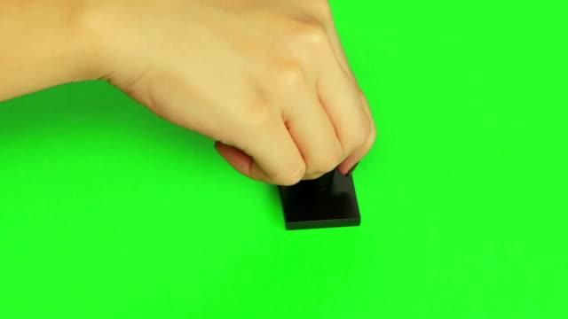스탬프를 넣어. 닫습니다. 녹색 화면 - stamp 스톡 비디오 및 b-롤 화면