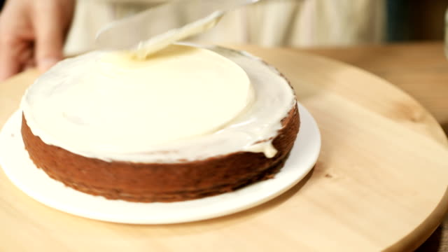 put icing topping on pumpkin cake video