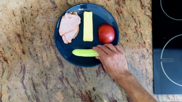 stockvideo's en b-roll-footage met ingrediënten komkommer, tomaat, kaas en ham in een bord zetten, voor ontbijt / eten / koken - {{asset.href}}