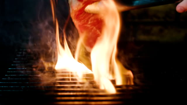 legen sie fleisch auf den grill. slow-motion-aufnahme des steak auf dem grill kochen. - steak stock-videos und b-roll-filmmaterial
