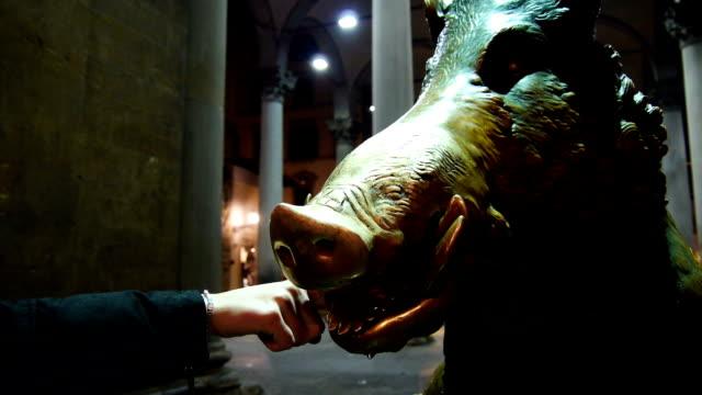 vidéos et rushes de mettre l'argent à la bouche porcellino statue de - aix en provence