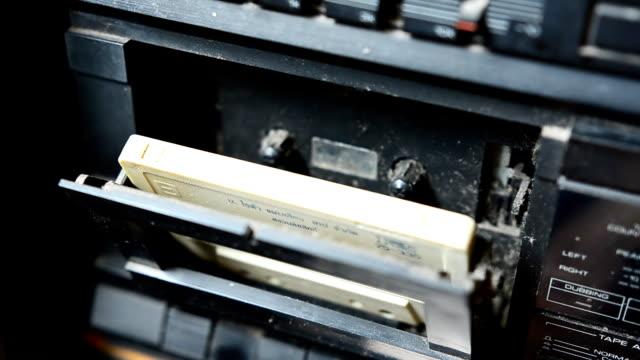 mettere audioregistratore - mangianastri video stock e b–roll