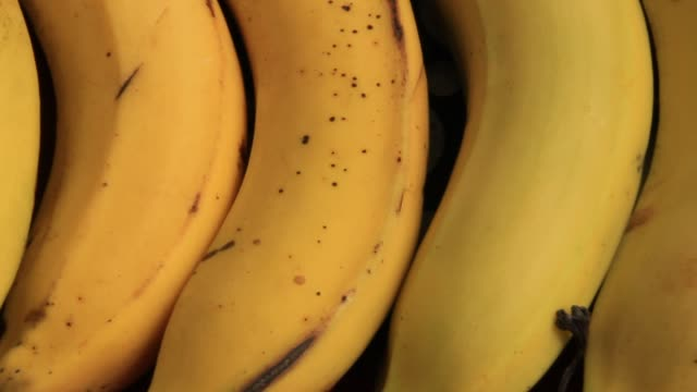 put the bananas on plate - white background стоковые видео и кадры b-roll