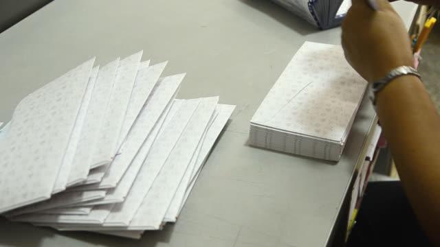 put the envelope - kuvert bildbanksvideor och videomaterial från bakom kulisserna