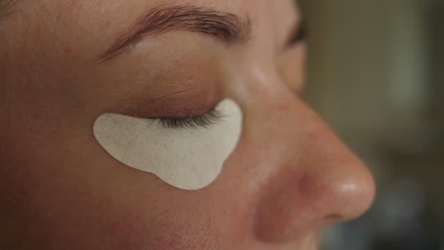 目の下に目の保護紙を適用する適用を置く - まぶた点の映像素材/bロール