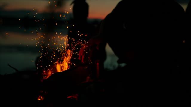 super slo mo kamp ateşine odun yakma - şenlik ateşi stok videoları ve detay görüntü çekimi